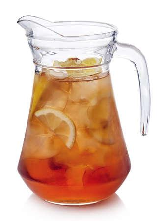 Dzban z cytryną mrożoną herbatą na białym tle