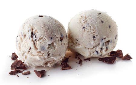 흰색 배경에 고립 된 초콜릿 조각 두 이탈리아어 Stracciatella 아이스크림 공 스톡 콘텐츠