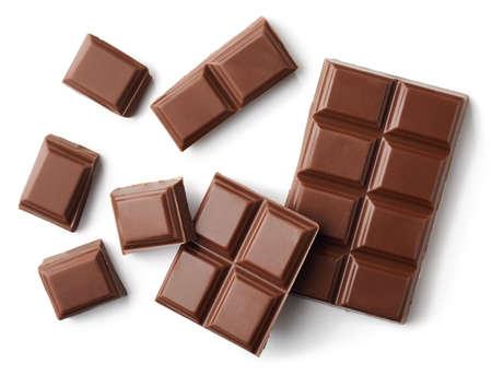 Pedazos de chocolate de la leche aislados en el fondo blanco desde arriba vista superior Foto de archivo - 87570830