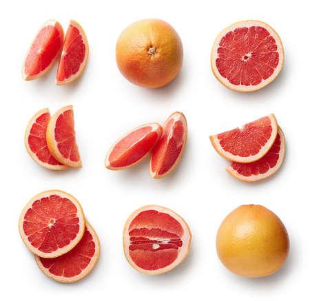 Set van verse hele en gesneden grapefruit en plakjes geïsoleerd op een witte achtergrond. Van bovenaanzicht