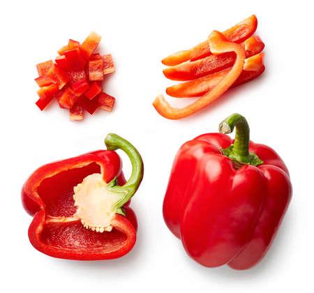 Słodka papryka czerwona na białym tle. Widok z góry. Połówki i plastry