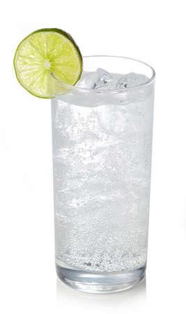 Glas jenever en tonische cocktail die op witte achtergrond wordt geïsoleerd. Sprankelend drankje