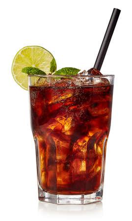 Kieliszek mrożonej herbaty cuba libre lub long islan na białym tle