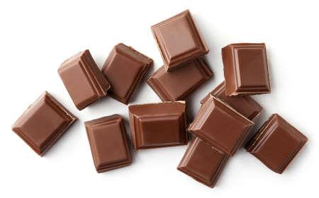 Milchschokoladenstücke lokalisiert auf weißem Hintergrund. Ansicht von oben