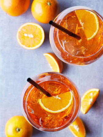 Two glasses of Aperol spritz cocktail with orange slices on marble background. Top view Banque d'images - 102808201