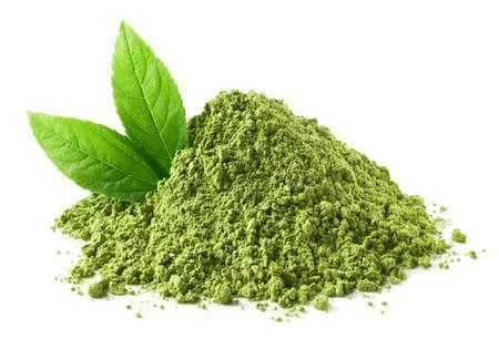 Tas de poudre de thé vert matcha et feuilles isolées sur fond blanc