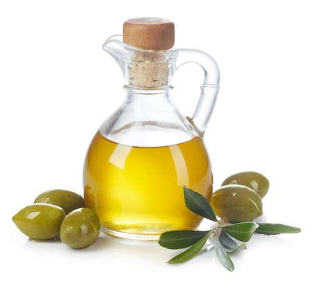 Fles verse extra vierge olijfolie en groene olijven met bladeren geïsoleerd op een witte achtergrond