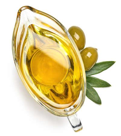 Salsiera di vetro di olio extravergine di oliva fresco isolato su priorità bassa bianca. Vista dall'alto