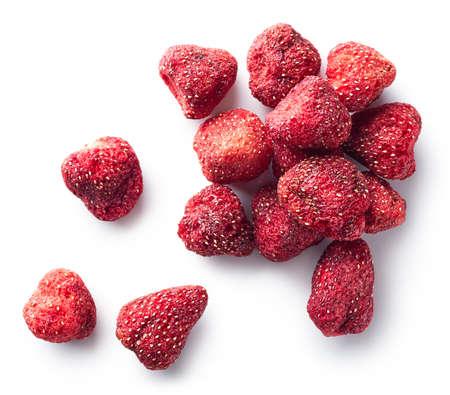 Haufen gefriergetrockneter Erdbeeren lokalisiert auf weißem Hintergrund. Draufsicht