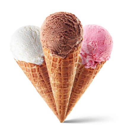 Schokoladen-, Erdbeer- und Vanilleeis mit Kegel auf blauem Hintergrund. Drei verschiedene Geschmacksrichtungen