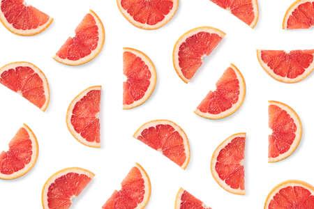 Motif de fruits de tranches de pamplemousse isolé sur fond blanc. Vue de dessus. Mise à plat