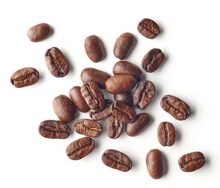 Tas de grains de café torréfiés isolé sur fond blanc, vue de dessus