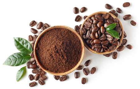 Ciotola di caffè macinato e fagioli isolati su sfondo bianco, vista dall'alto