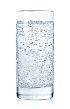 Vaso de agua fría con gas aislado sobre fondo blanco.