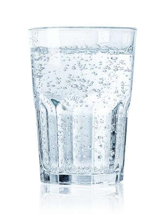 Bicchiere di acqua frizzante fredda isolato su sfondo bianco