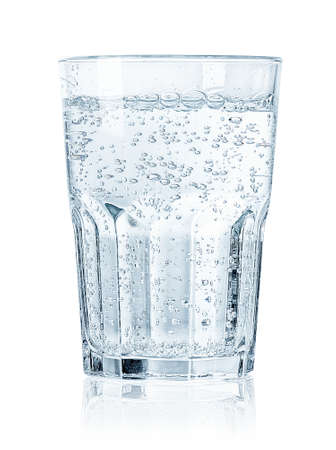 Glas koud bruisend water dat op witte achtergrond wordt geïsoleerd