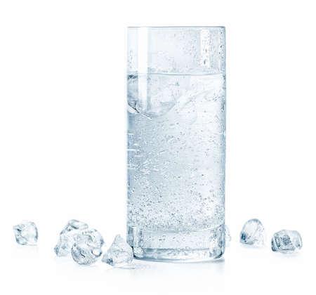 Vaso de agua fría con gas y hielo aislado sobre fondo blanco.