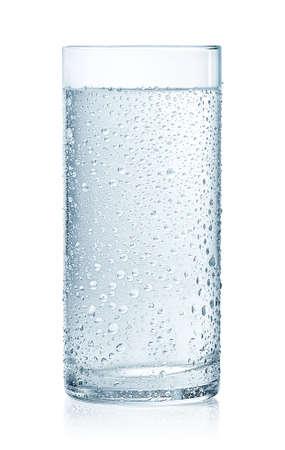 Vaso de agua fría con gotas aisladas sobre fondo blanco.