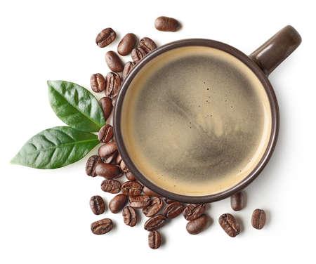 Taza de café negro y frijoles con hojas aisladas sobre fondo blanco, vista superior Foto de archivo