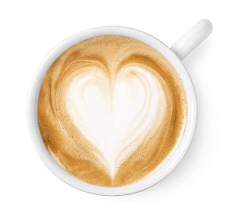 Tazza di caffè latte o cappuccino arte con disegno a forma di cuore isolato su sfondo bianco, vista dall'alto