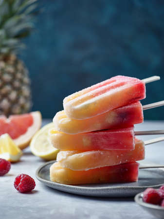 Plate of healthy homemade fruit and berry ice pops Banco de Imagens