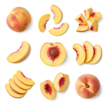 Satz frische ganze und geschnittene Pfirsichfrüchte isoliert auf weißem Hintergrund, Ansicht von oben
