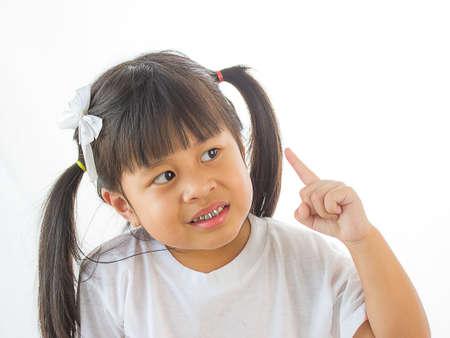 Cerca Retrato de niña linda con la expresión que se pregunta la cara. Aislado en el fondo blanco.
