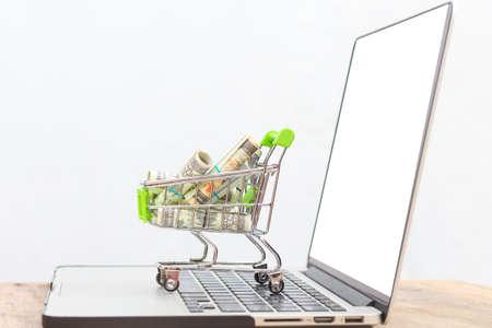 Argent bancaire dans le panier sur le cahier avec sur fond blanc, Banque d'images