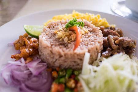 camaron: La comida tailandesa - Kao cluk Ka Pi Técnica arroz cocido con salsa de pasta de camarones en un plato redondo blanco