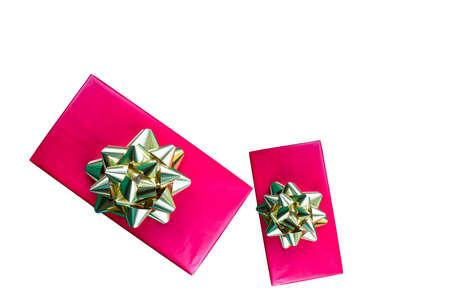 lazo regalo: cajas de regalo de vacaciones de color rojo con arco de oro foto empate aislados en el fondo blanco Foto de archivo