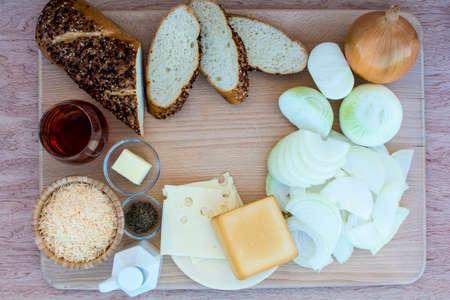 cebolla blanca: Easy French ingredientes de la sopa de cebolla en tabla de cortar madera y la madera de fondo, francés ingredientes de la sopa de cebolla