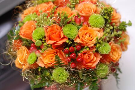 rosas naranjas: Wedding bouquet with orange roses and red berries