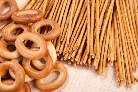gressins: anneau de pain et de sel gressins crips frais sur le tapis Banque d'images