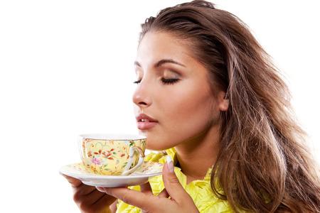 Schönheit Frau mit frischer Tasse schwarzer Tee