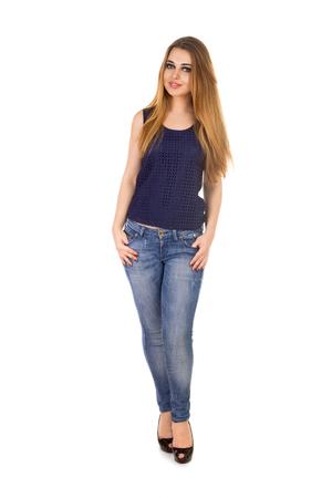 jeans apretados: La mujer en jeans ajustados azules es la celebración de sus grandes dedos en los bolsillos en el fondo blanco.