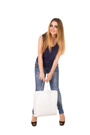 La Mujer En Jeans Ajustados Azules Con El Bolso Blanco En