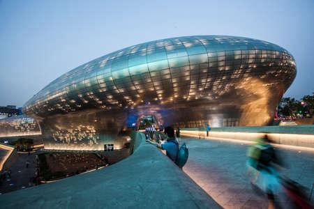 서울, 대한민국 - 2014 년 5 월 14 일 : 서울 시내의 자하 하디드 (Zaha Hadid)가 디자인 한 동대문 디자인 플라자.