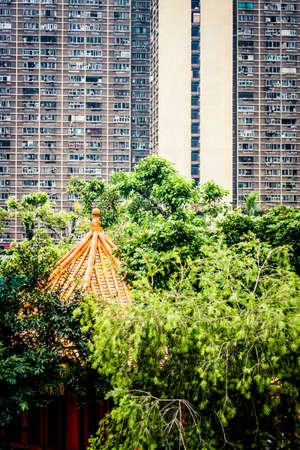 香港住宅高層に対して設定ダイヤモンドの丘地区に Wong Tai の罪の寺院 写真素材 - 77482217