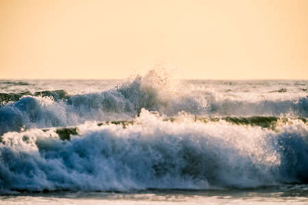 Wave crashing onto the shore with a large splash Foto de archivo