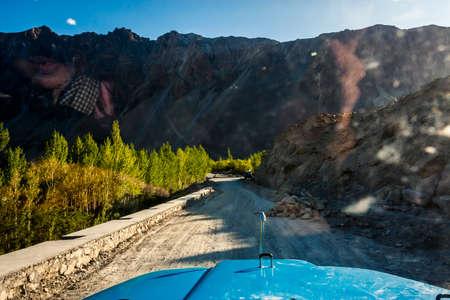 Mening van overweldigende bergen langs de Karakoram-Weg in westelijk China en noordelijk Pakistan