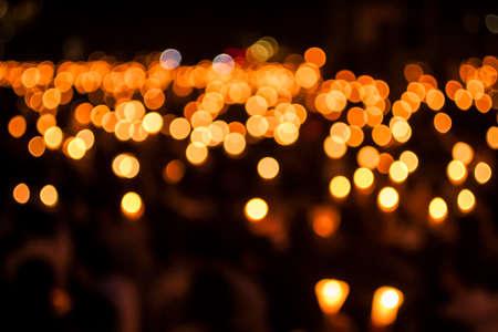 Tianmen Square Massacre의 희생자들을위한 촛불 시위에서 수천 개의 양초로 된 Bokeh