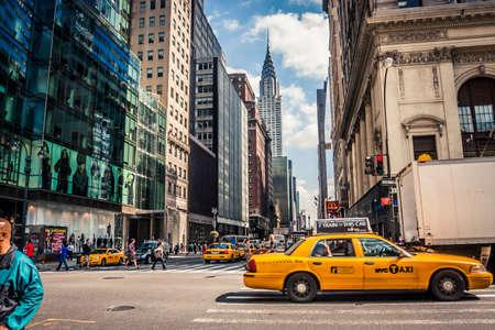 ニューヨーク、アメリカ合衆国 - 2009 年 9 月 23 日: Chrystler の建物の眺め、マンハッタンのダウンタウンでの運転のタクシー 報道画像