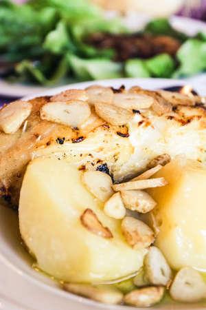 Bacalhau-vis in Portugese stijl met knoflook