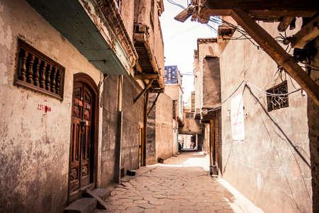 Kashgar, China - 27 juni 2009: Kleine straat in het historische oude stadsgedeelte van Kashgar overdag Stockfoto
