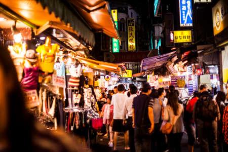 타이페이, 타이완 - 2012 년 10 월 5 일 : Shilin 야시장, 일반적인 거리 음식 및 현지인들을위한 쇼핑 장소에서 저녁 시간에 사람들의 군중