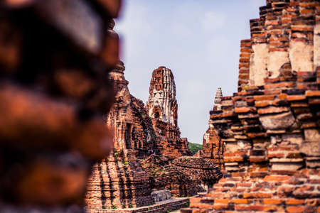 Ancient ruins with carved stone buddhas and temples at the Ayutthaya Historial Park in Thailand 版權商用圖片