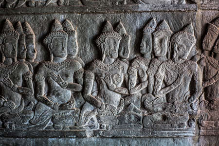 Carved stone relief depicting hindu gods and battle scenes at Angkor Wat, Cambodia 版權商用圖片