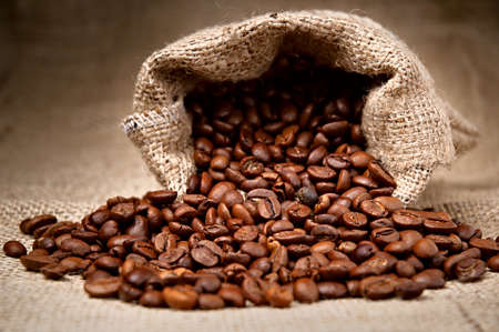 the coffee bean: Estudio Shot de granos de caf� en una bolsa Foto de archivo