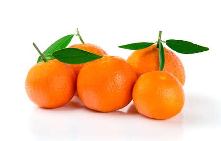 Cinco mandarinas frescas con hojas aisladas en blanco Foto de archivo