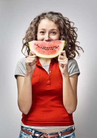 Mujer alegre joven sostiene la sand�a